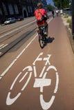 Biking in de stad stock foto