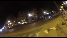 Biking in de stad bij nacht stock video