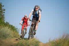 Biking dei due ciclisti Immagine Stock Libera da Diritti