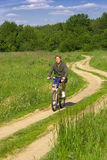 Biking del giovane Fotografia Stock Libera da Diritti