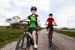 Biking del ragazzo e della ragazza Fotografia Stock