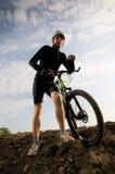 Biking dell'uomo immagini stock