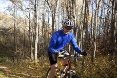 Biking della montagna dell'uomo Fotografia Stock