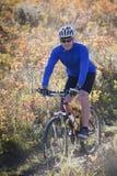 Biking della montagna dell'uomo Immagini Stock