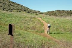 Biking della montagna della donna Fotografie Stock
