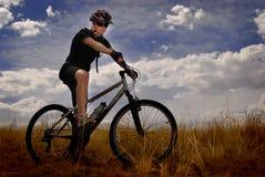 Biking della montagna della giovane donna Fotografia Stock Libera da Diritti