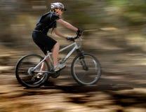 Biking della montagna della giovane donna Fotografie Stock