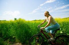 Biking della ragazza Fotografie Stock Libere da Diritti