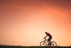 Biking di estremo dell'uomo Immagine Stock