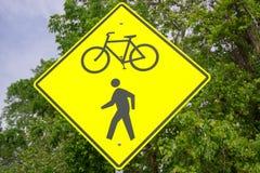 Biking e sinal dos caminhantes Fotografia de Stock