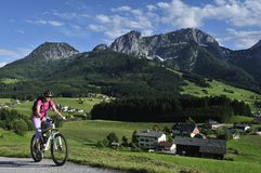 Biking em Abtenau fotografia de stock royalty free