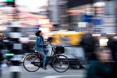 Biking em Amsterdão imagens de stock royalty free