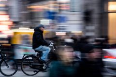 Biking em Amsterdão fotos de stock