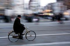 Biking em Amsterdão fotografia de stock royalty free