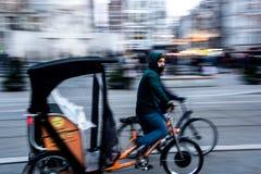 Biking em Amsterdão imagens de stock