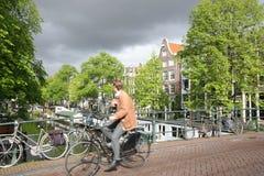 Biking em Amsterdão foto de stock