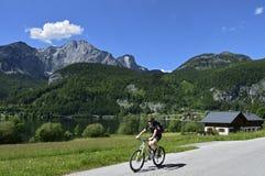 Biking em torno de Grundlsee, Styria, Áustria Fotografia de Stock Royalty Free