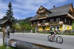 Biking em Weissenbach, Styria, Áustria Foto de Stock