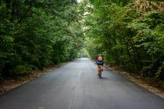 Biking en Rumania, a través de los bosques Imagen de archivo