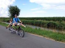 Biking het achter elkaar Stock Foto