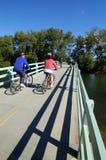 Biking na ponte Imagens de Stock