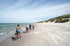 Biking na praia Imagem de Stock Royalty Free