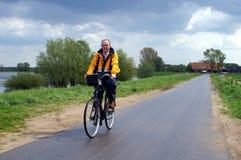 Biking op de dijk Royalty-vrije Stock Afbeeldingen