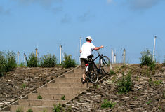 Biking op de dijk van Colijnsplaat Stock Foto