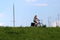 Biking op de dijk van Colijnsplaat stock afbeelding