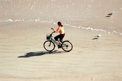 Biking op strand Stock Afbeeldingen