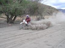 Biking a poeira do lago Natron fotos de stock royalty free