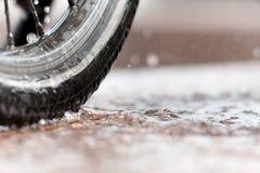 Biking in stortbui Royalty-vrije Stock Fotografie