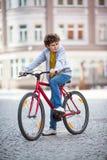 Biking urbano - adolescente e bicicleta na cidade Foto de Stock