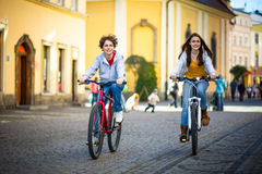 Biking urbano - adolescentes e bicicletas na cidade Imagem de Stock Royalty Free