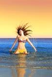 bikini διασκέδαση που έχει το & Στοκ φωτογραφία με δικαίωμα ελεύθερης χρήσης