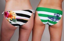 bikini κορίτσια δύο άκρης Στοκ εικόνες με δικαίωμα ελεύθερης χρήσης
