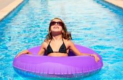 Bikini κορίτσι με τα γυαλιά ηλίου και το διογκώσιμο δαχτυλίδι λιμνών Στοκ εικόνες με δικαίωμα ελεύθερης χρήσης