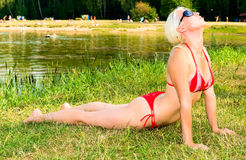 bikini κόκκινο κοριτσιών Στοκ εικόνα με δικαίωμα ελεύθερης χρήσης