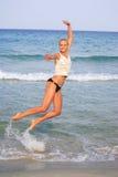 bikini ξανθή μαυρισμένη θάλασσα & Στοκ φωτογραφία με δικαίωμα ελεύθερης χρήσης
