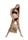 bikini παραλιών τσαντών μαύρη αστεία στάση κοριτσιών στοκ εικόνα
