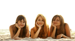 bikini παραλιών φίλες Στοκ Φωτογραφίες