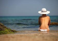 bikini παραλιών χαλαρώνοντας νεολαίες γυναικών Στοκ Φωτογραφίες