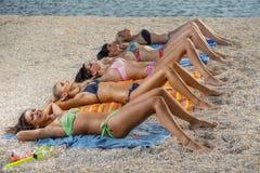 bikini παραλιών να βρεθεί κορι&ta Στοκ Φωτογραφία