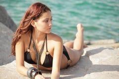 Bikini πρότυπη τοποθέτηση στους βράχους Στοκ Φωτογραφίες