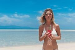 bikini υπαίθριο άχυρο χυμού κοριτσιών ποτών στοκ εικόνα με δικαίωμα ελεύθερης χρήσης