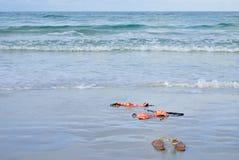 Bikini arancione di immersione scarno sulla spiaggia Fotografia Stock Libera da Diritti