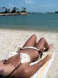 Bikini babe op strand Royalty-vrije Stock Foto's