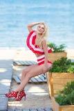 bikini ciała kobiety słońce garbnikuje relaksować na doskonalić tropikalnej plaży i turkusu oceanu wodzie Zmysłowy Kusi dama mode obrazy royalty free
