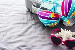 Bikini colorido en la cama foto de archivo libre de regalías