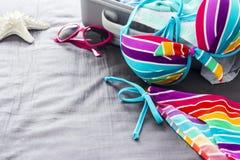 Bikini colorido en la cama imagen de archivo libre de regalías